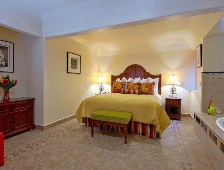 Los Arboles guestroom