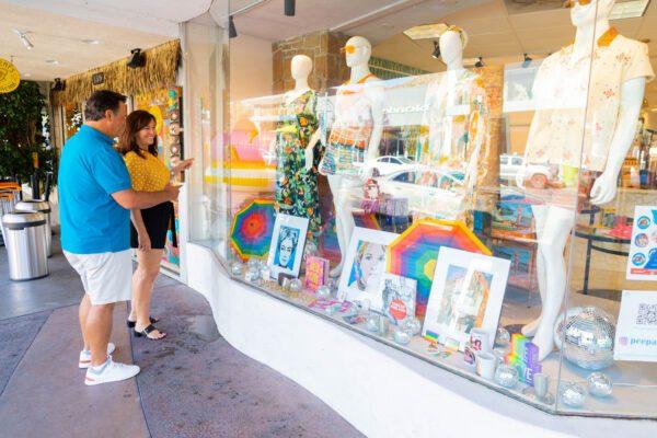 ouple shopping outside Peepas